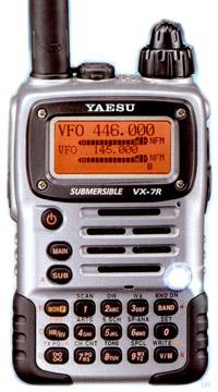 Портативная трехдиапазонная радиолюбительская радиостанция.  900 каналов памяти.  Влагозащищенный корпус.