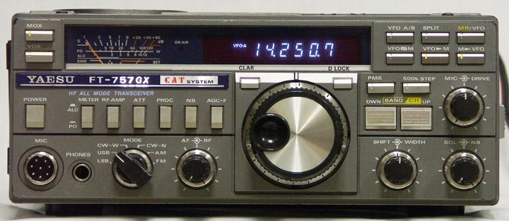 Встроенный КСВ метр и телеграфный ключ.В комплекте инструкция на японском со схемами,кабель питания,микрофон.